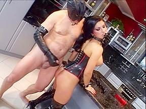 Latex mistresse fuck a bondman