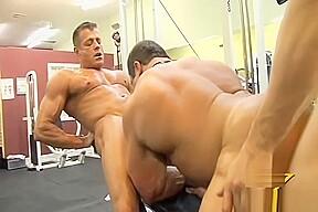 3 bodybuilders fuck gym...