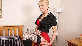 Naughty British Mature Lady Playing With Her Dildo - MatureNL