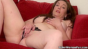 Curvy Mature Gypsy Leigh Needs To Rub One Out