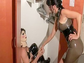 Latex lady fucks her slave with a strapon