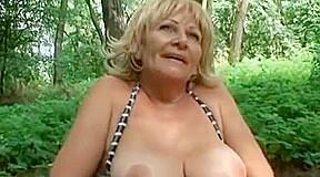 Cojiendo con la abuela en el parque...