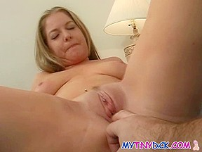 Blond hottie widens and receives fingered in her twat