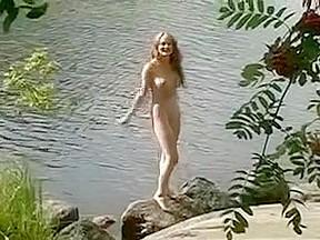 Une russe naturiste bronze nue au bord dun...