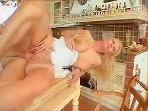 Une allemande de 48 ans heureuse de baiser en levrette dans sa cuisine