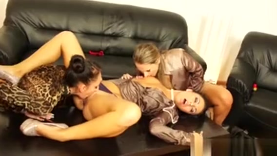 Glamour Pissing Lesbians In Pussylicking Orgy