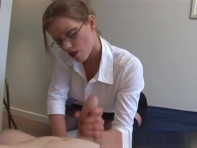 Blonde secretary gives a painfull handjob Pissende Frauen