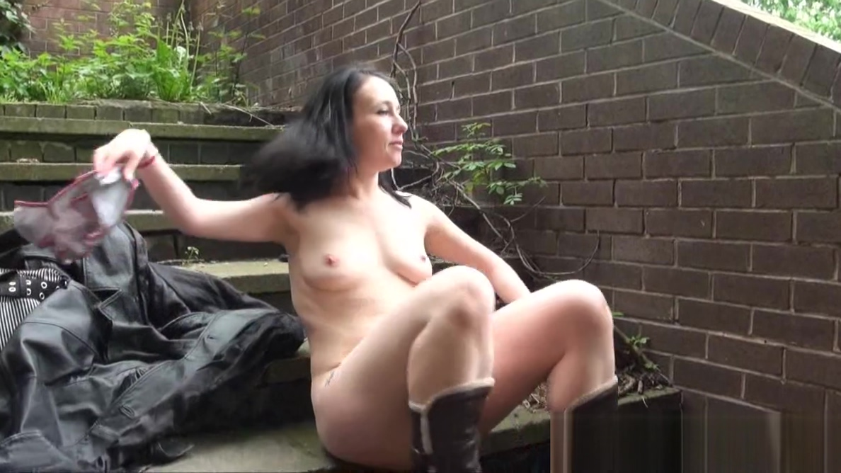 Flashing amateur babe Fae Corbins public masturbation Sexy white girl shaking her ass