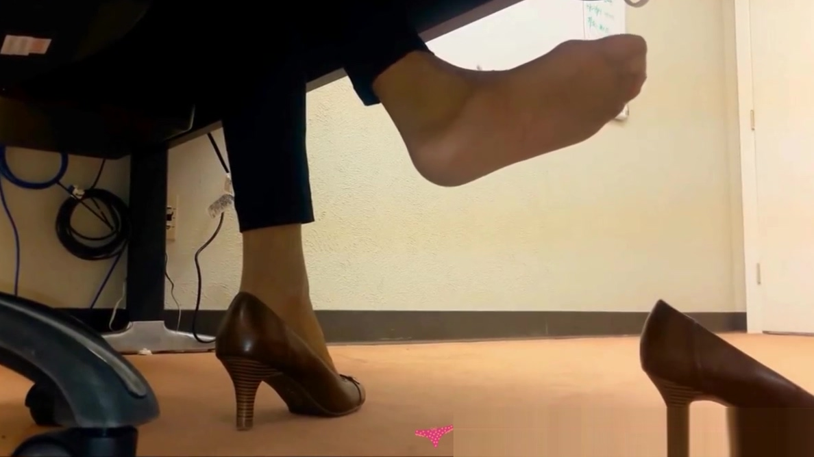 Dangling Foot Fetish - At the office - Vends-ta-culotte Nice brown naked ladies