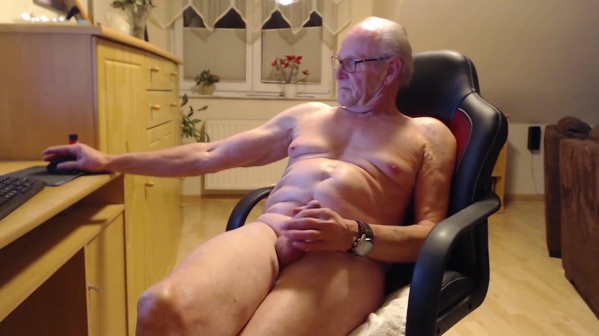 ich ficke mich dem dildo und chatte bei skype OVERWATCH LESBIAN