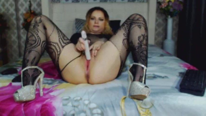 Justine rubbibg clit on camera Shaved pussy with dildos