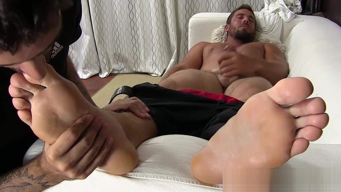 Hunky businessman feet worshiped while jerking off best asian girl sex