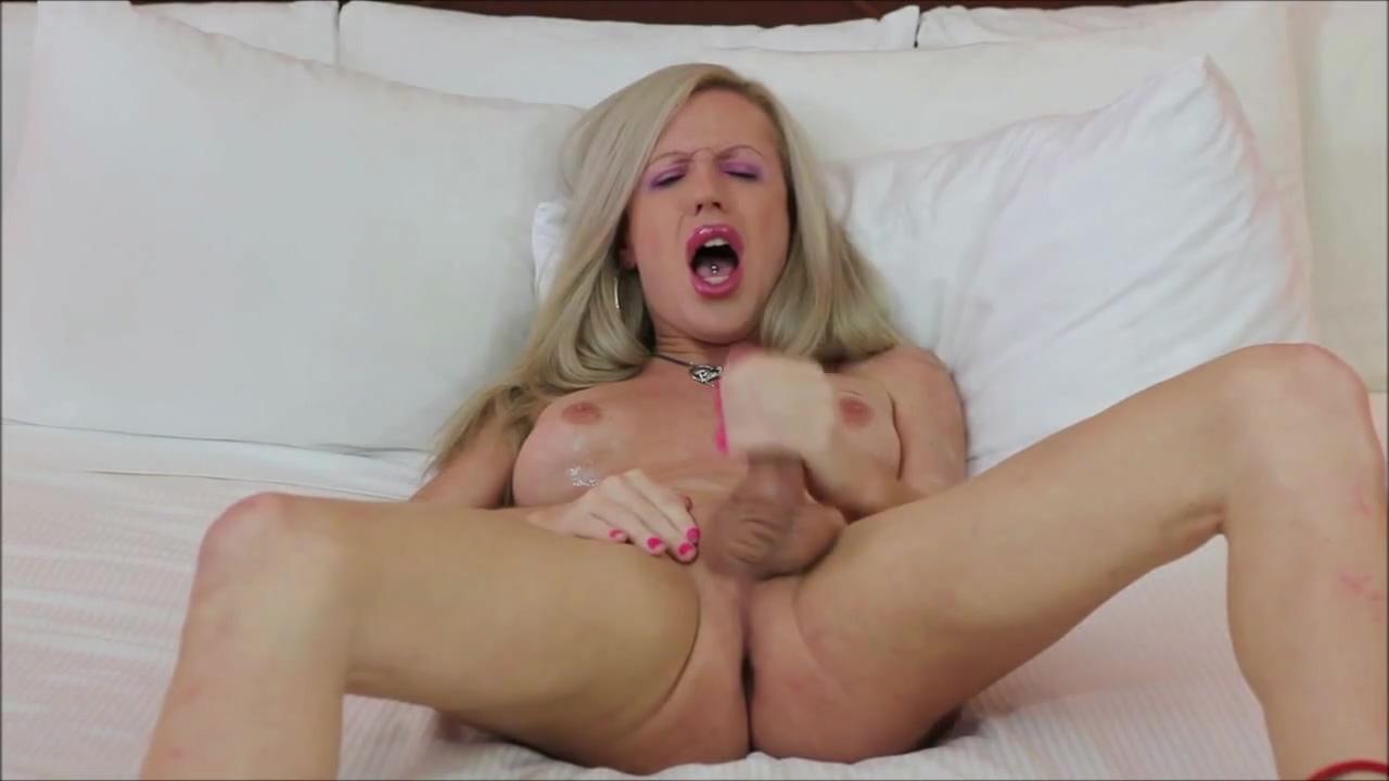 Mature blonde tranny cover herself with cum