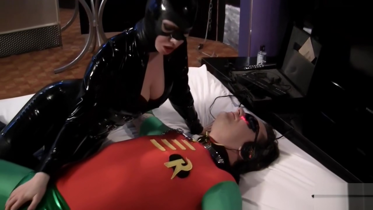 Catwoman dominates Robin Sex position to please a man