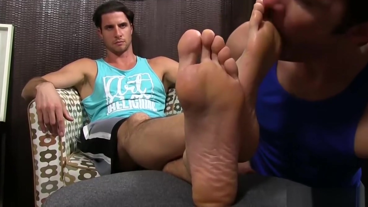 Fit muscular Sergey gets feet licked and worshiped by friend David zepeda masturbandose xxx