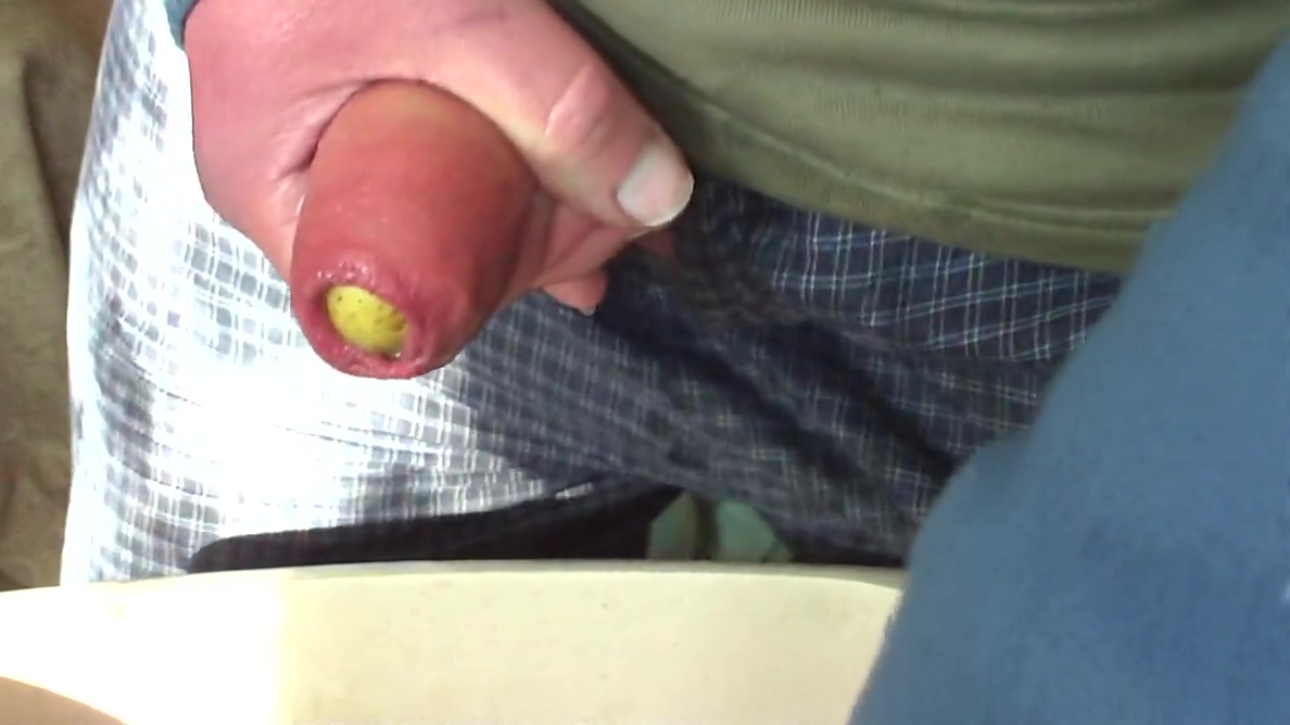 Foreskin bulge from large potato and pissing Hot slender woman in Rocha
