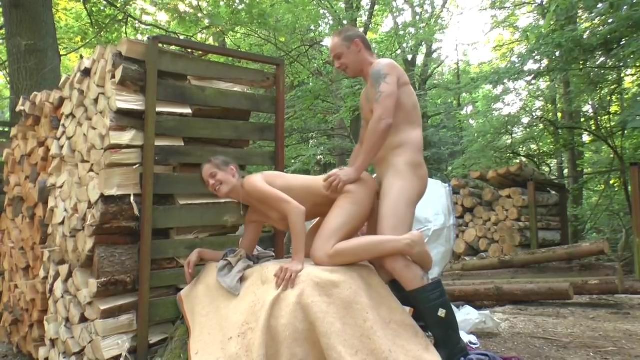 Arbeiten im Wald eating cum filled pussies