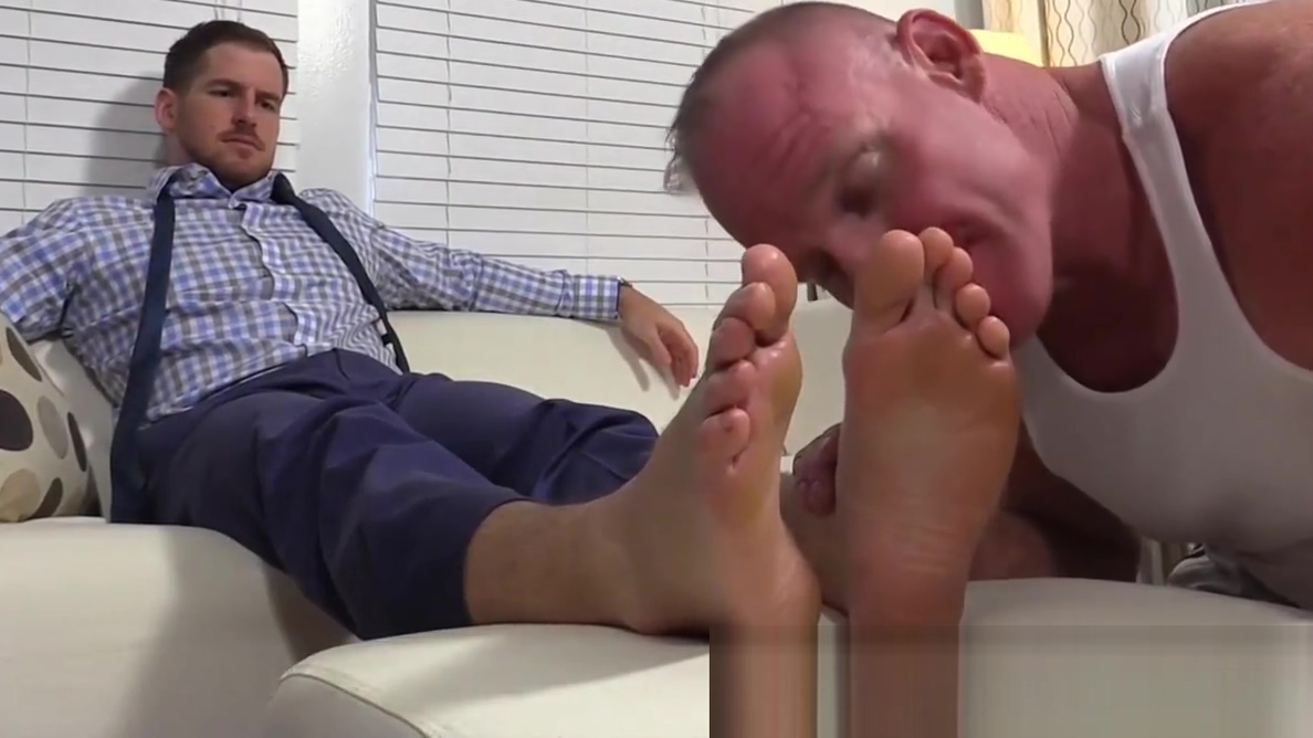 Well dressed Chance loves foot worship from Dev Michaels Sygedagpenge selvst?ndig forsikring