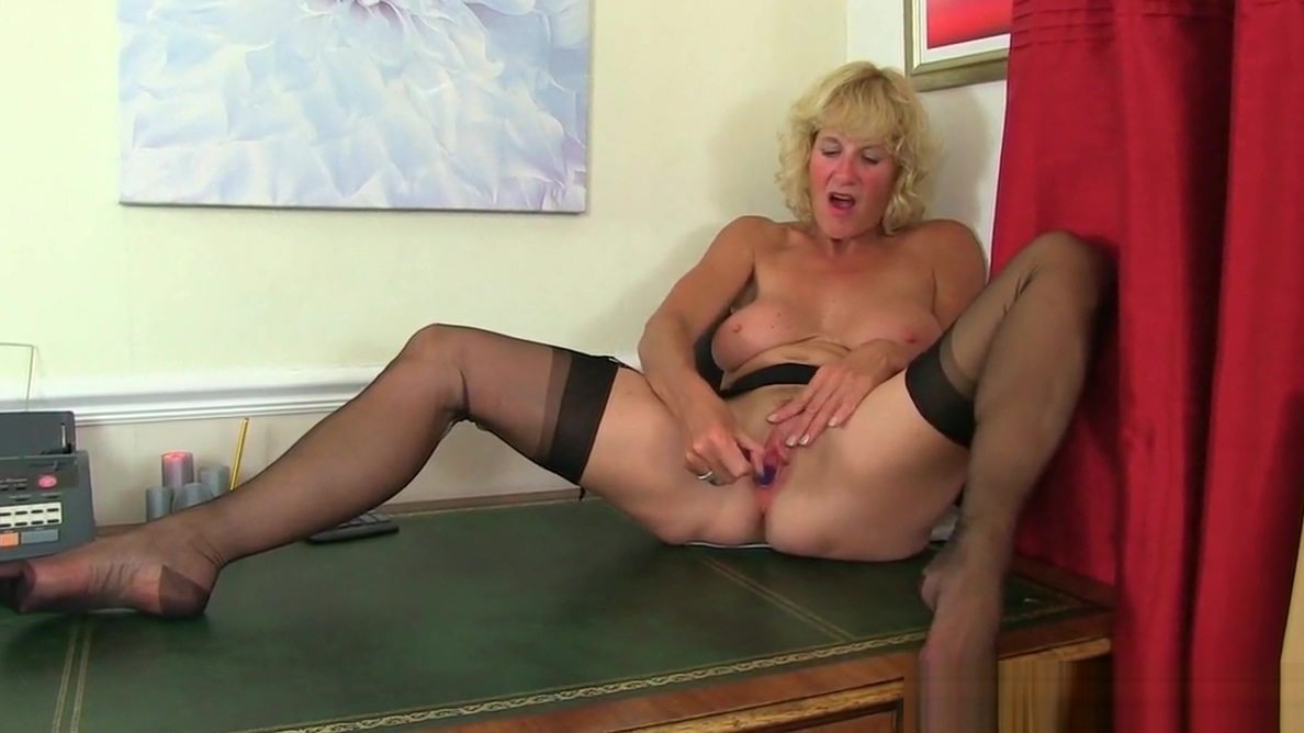 Scottish milf Toni Lace strips off and fucks herself Entrega dinero consulados