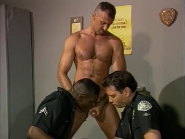 Trio de policias en el vestuario de la comisaria Monster Cook Hot