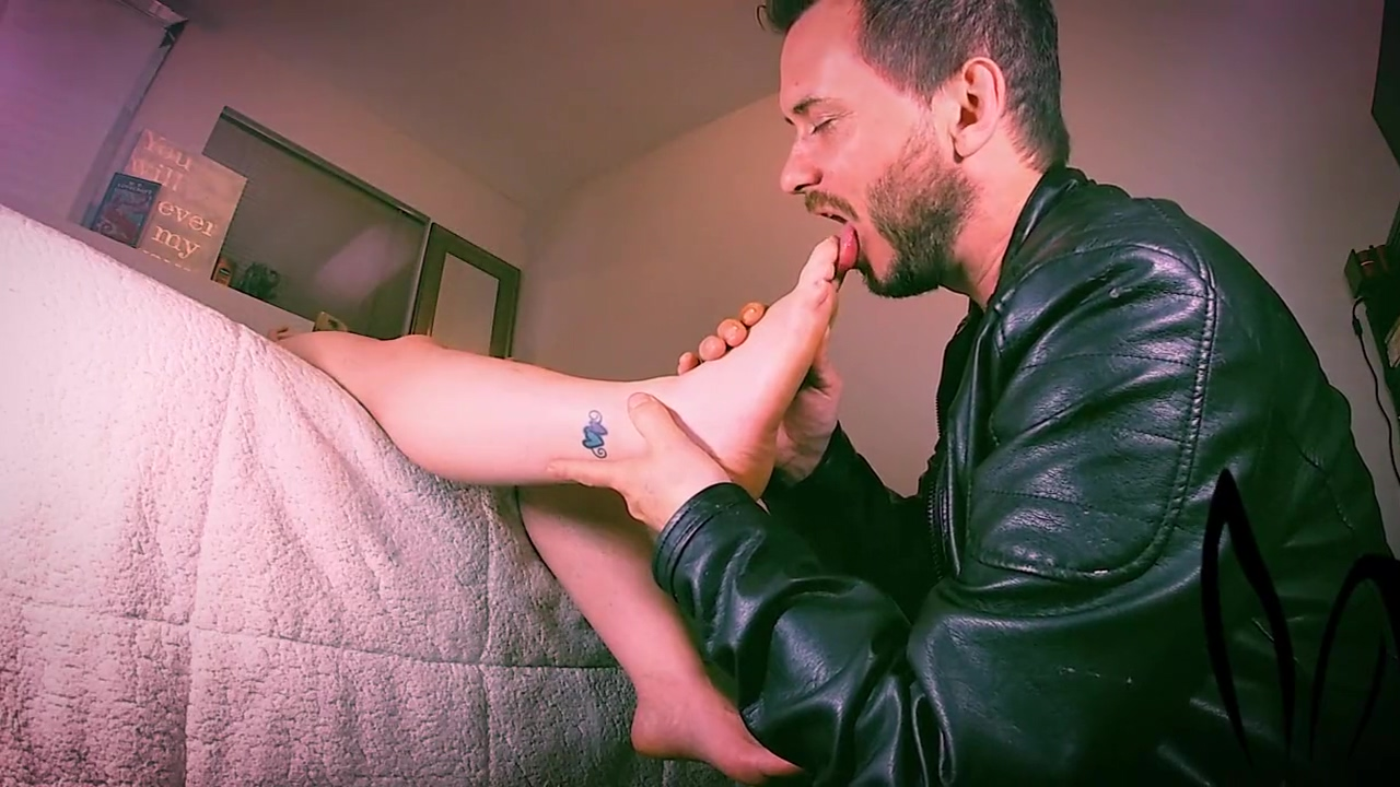 foot worship - daddy jackrabbit massaging her feet with his mouth