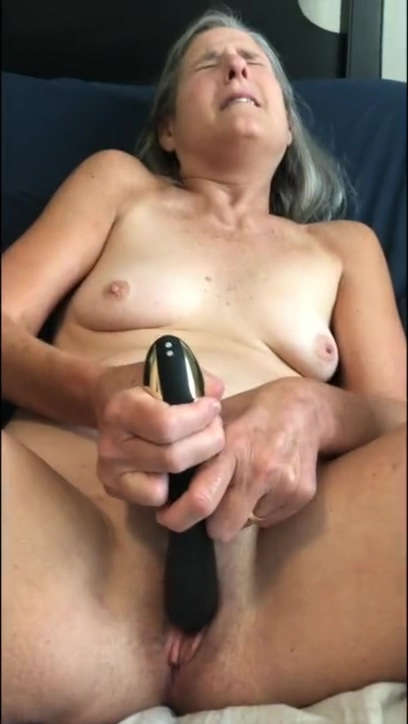Hot MILF Plays With Her Black Rabbit Masturbates Mature Granny 60 Year Old Foto pimienta revista erotica