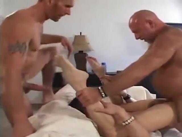 Dos osos maduros se montan un trio con chico Sexy real country girl naked