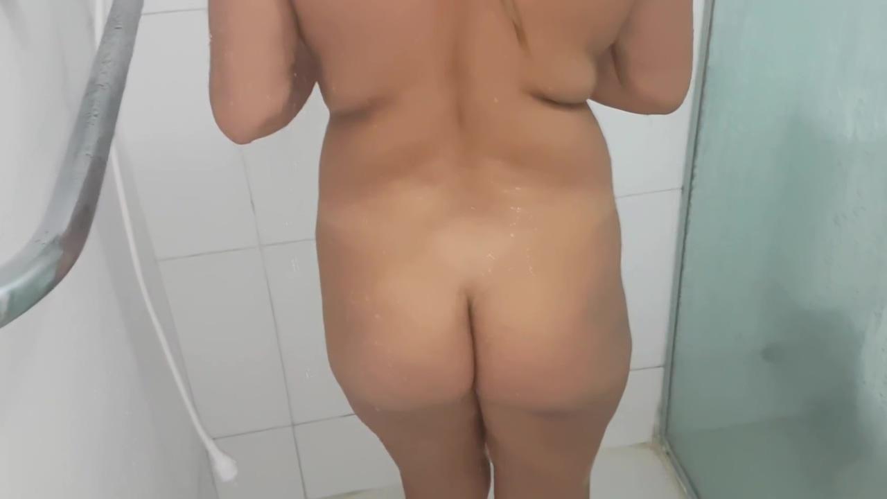 Deixei meu Primo me ver tomando Banho. Acabei dando para ele sera vque estou Grá vida !!! bikini boobs in pool