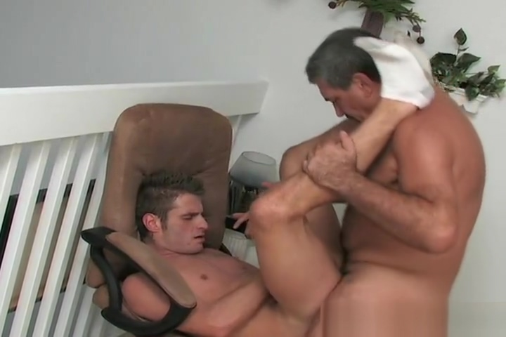 Oso maduro y vergon se coje a joven Half cast tits and pussy