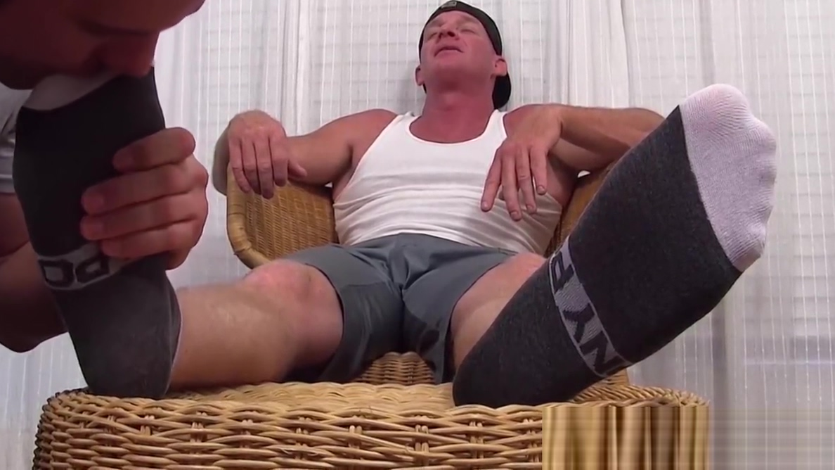 Muscular hunk receives feet worshiping from his boyfriend Aliens fuck your wife