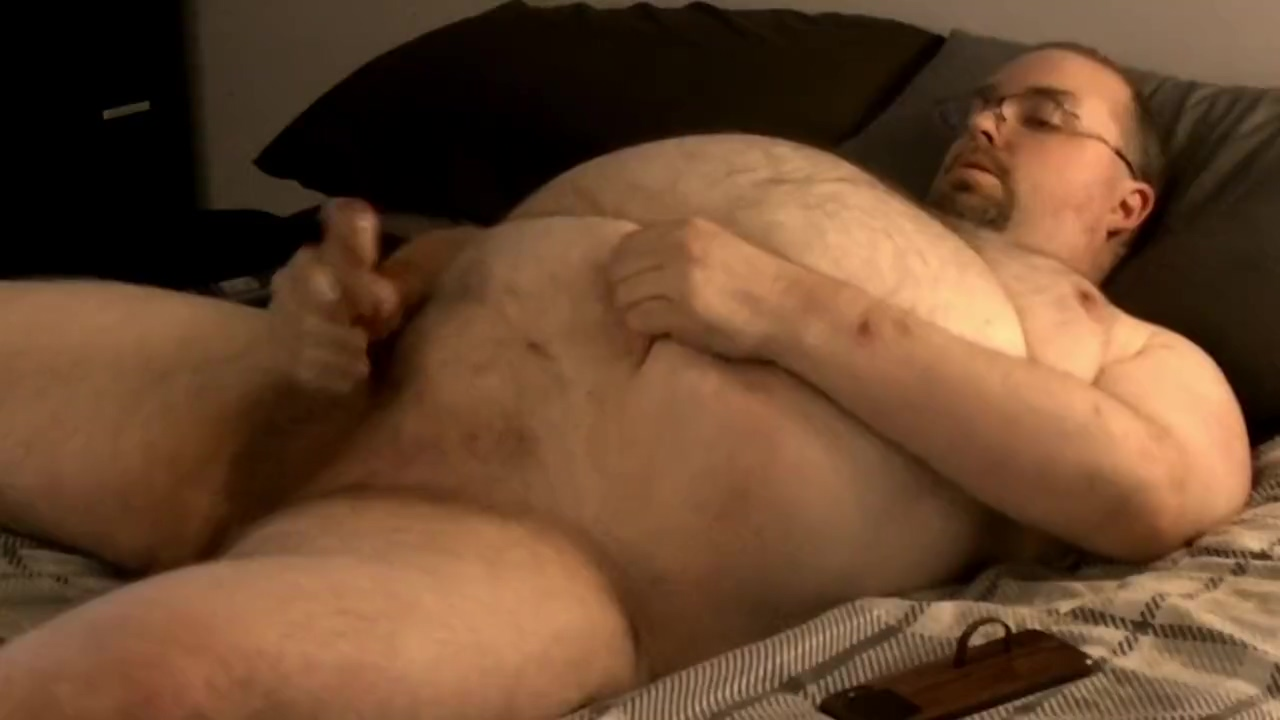 HUNG FAT BEAR WANKS & CUMS ON BIG BELLY IN BED color climax danish porn