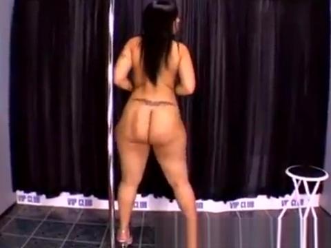 Culona caliente se mueve en el cañ o Girls stripping naked on webcam