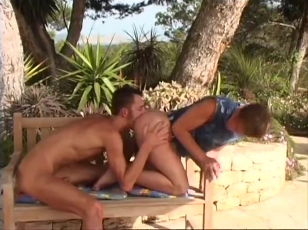 Viva Ibiza Stripping babes pics