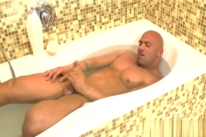 Muscle stud takes a bath Outdoor Gag Mouthful