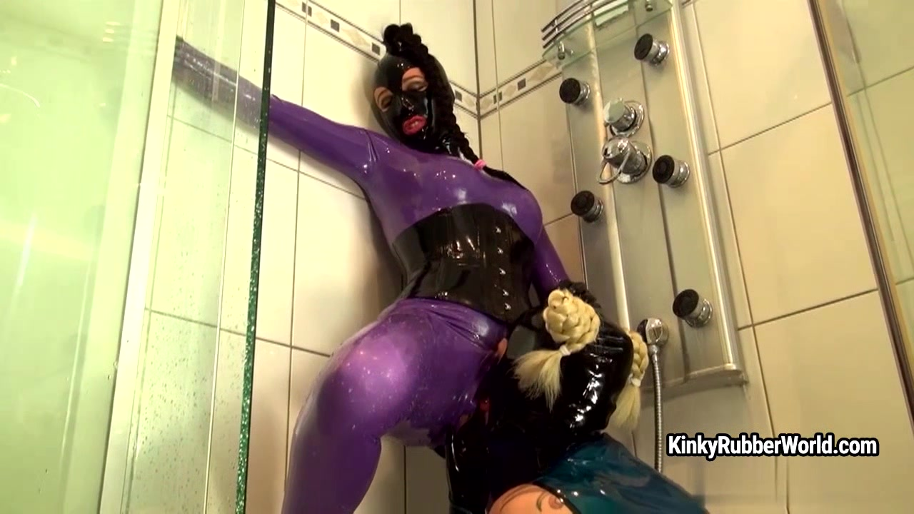 Kinkyrubberworld - Latex fun in the shower with Latex Izzy