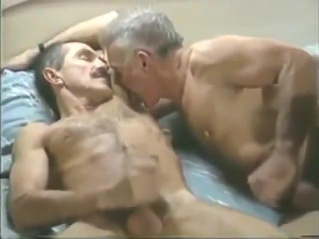 Dos amigos maduros heteros en un hotel Pewdiepie gaming phone