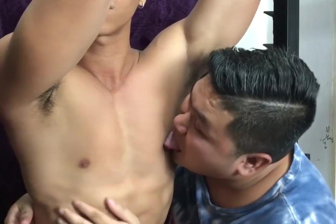 Sumususo ang matabang bakla sa utong ni kuya Sex gay sohbet