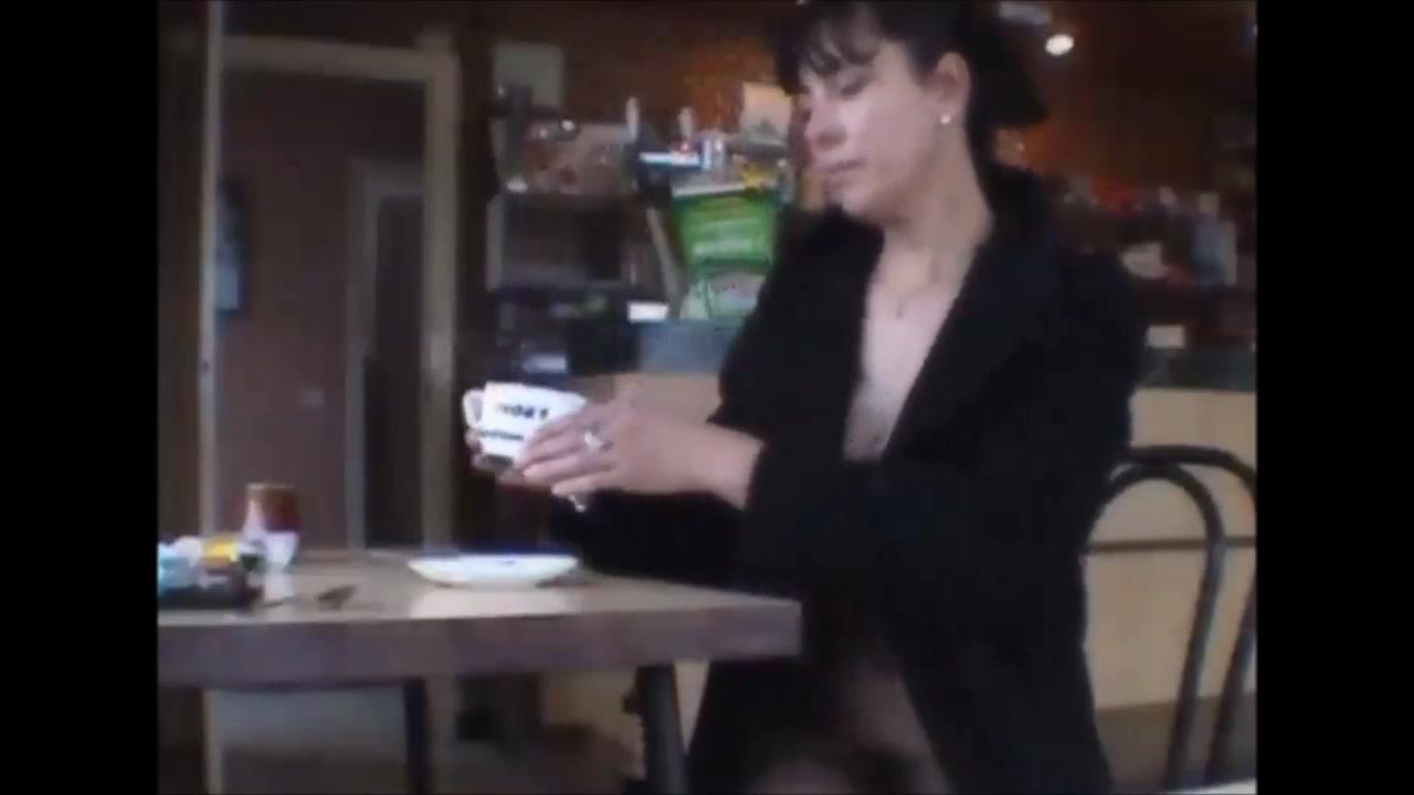 Nadine Au Cafe Nue Sous Son Manteau