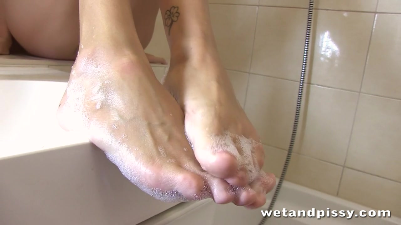 WetAndPissy Video: Clover Golden Bath Seeking an intelligent friend in Rockhampton