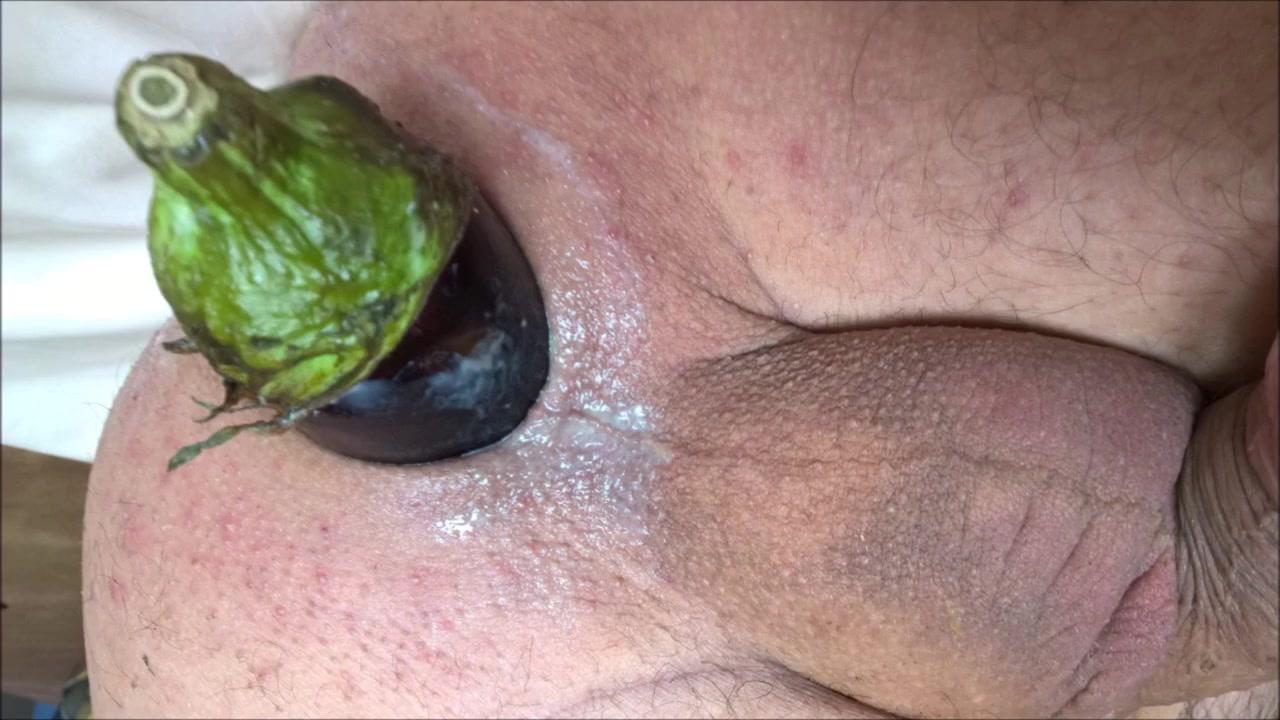 De douces caresses de l anus avec une bien jolie aubergine de 81 mm : c est delicieux anal riding orgasm solo