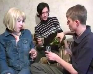 Razz ragazzi russi bi amatoriale bb pussy poppin on a head stand