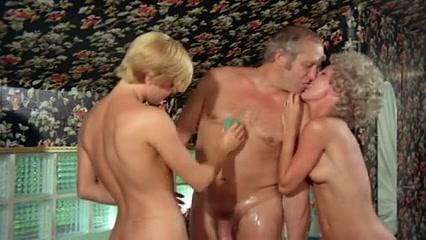 Blonde Bathroom The hookup coach pelicula online espanol