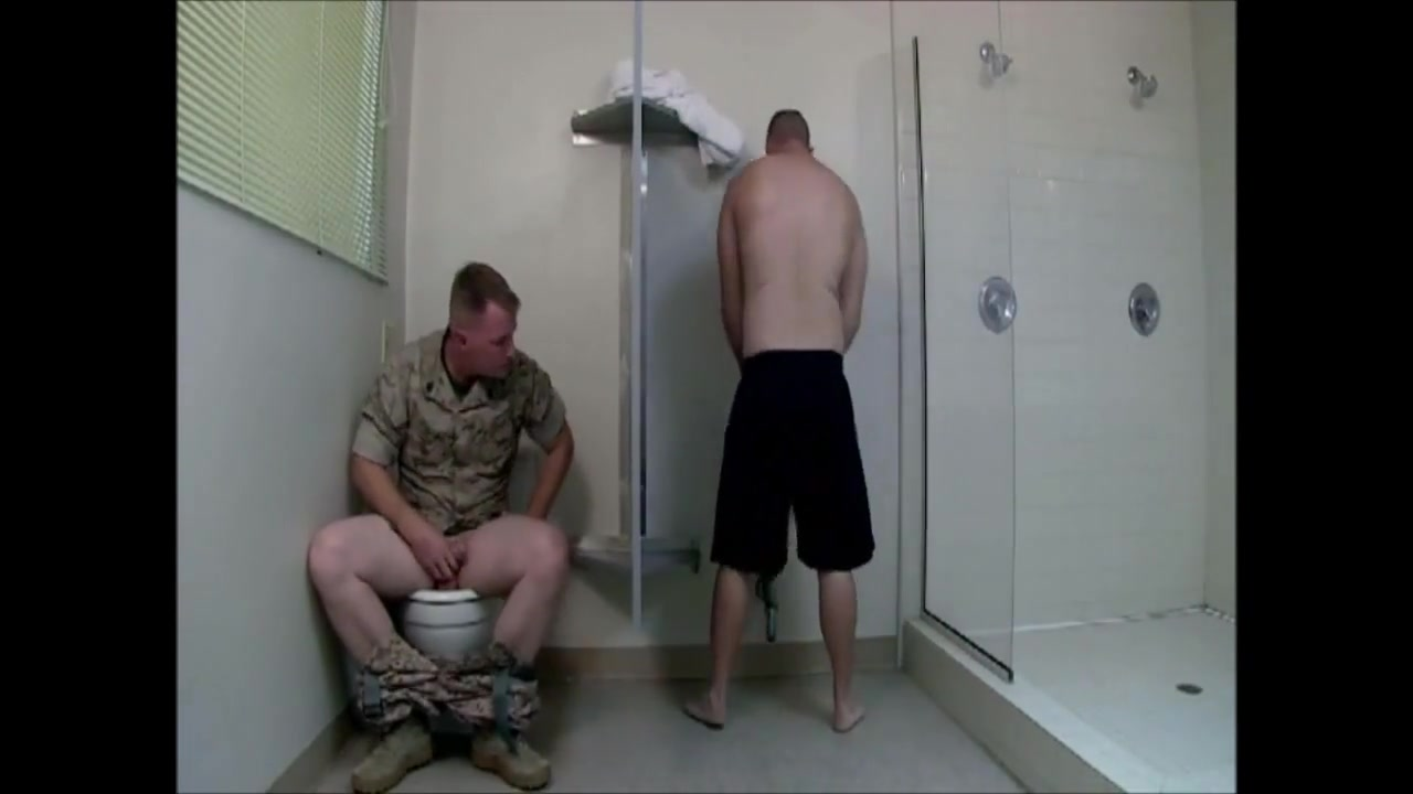 Army gloryhole 2 (threesome) video di sesso gratis