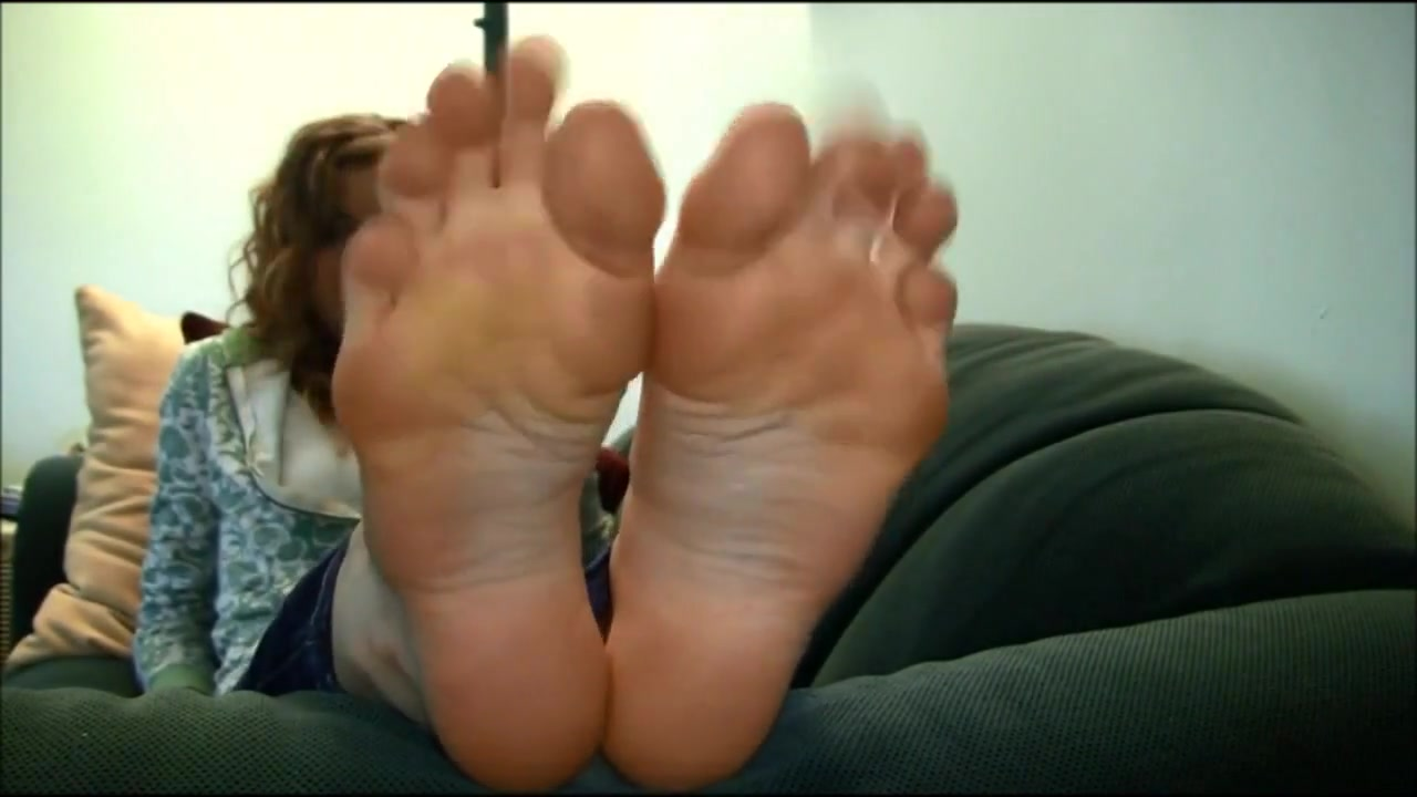 BARE FOOT   Avontade Blonde on sofa