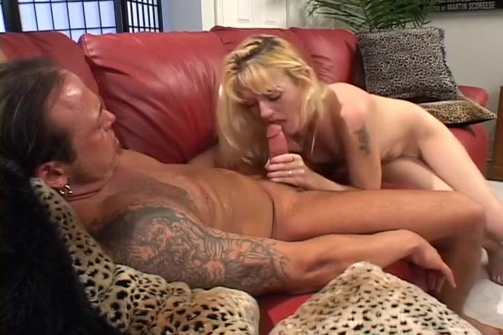 Cocksucker Daryn Lee Makes Great Eye Contact During Blow Job