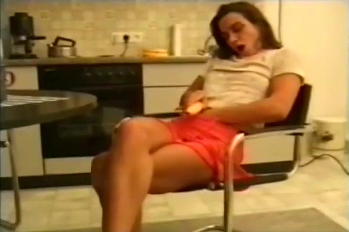 Petite Babe Bangs Herself With A Banana peliculas de porno en espanol