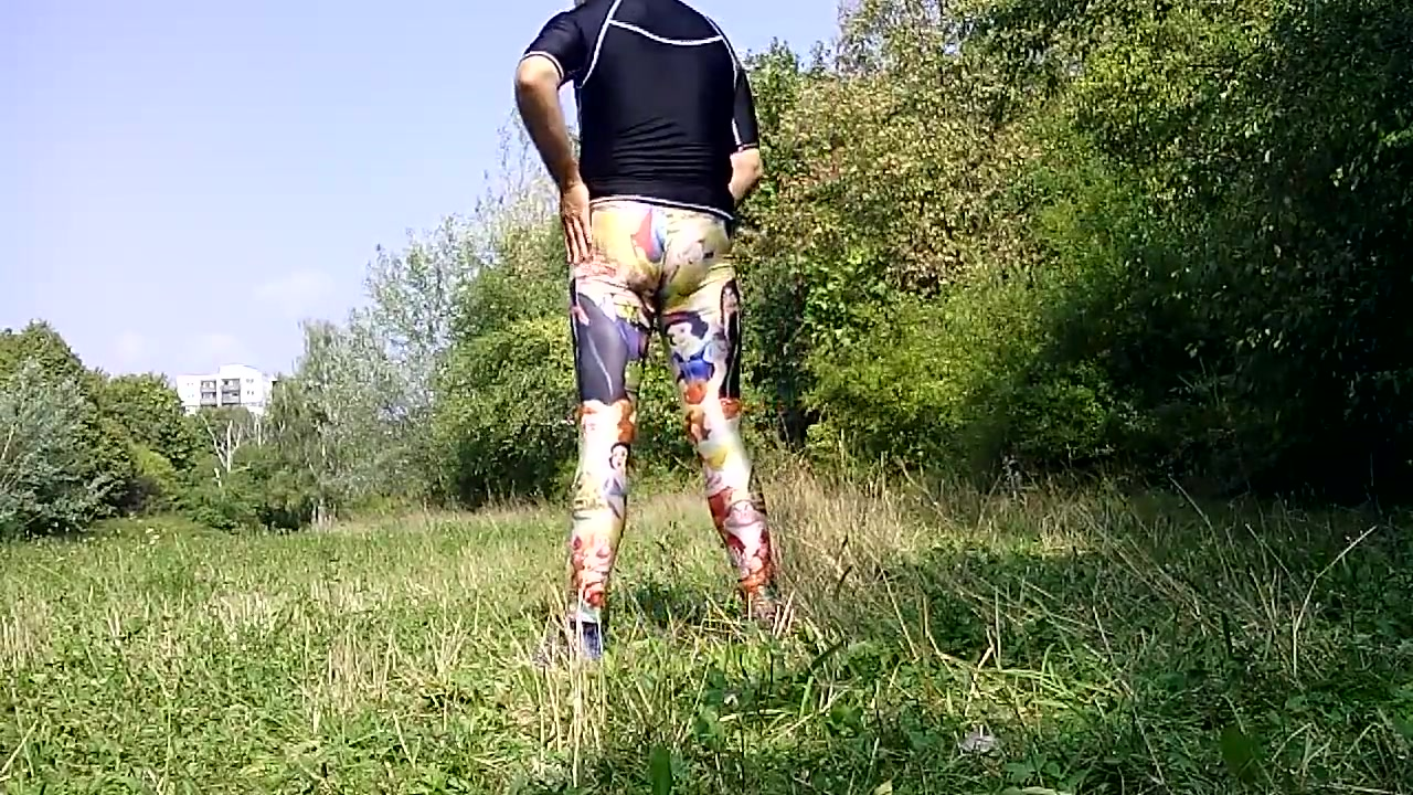 In Lycra Legging im Park ! Sexy busty shemale monster cock