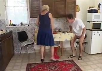 Порно парень трахает старую уборщицу любовник русское