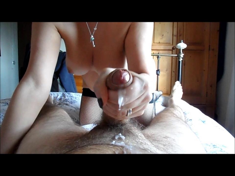eroticheskie-patsan-drochit-s-fontanom-spermi-prirode-foto