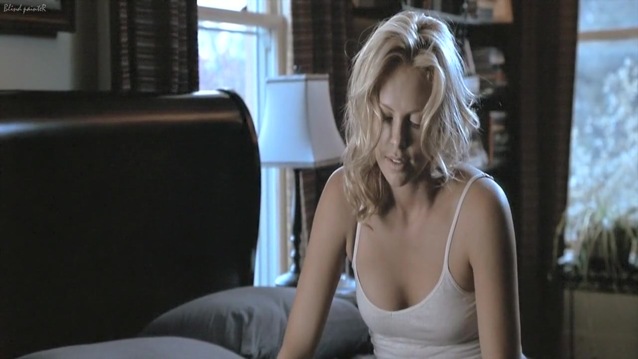 The Italian Job (2003) Charlize Theron odities in round ass